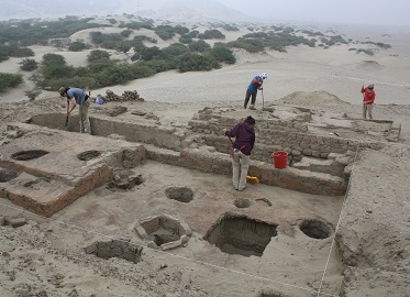 Professor Edward Swenson's class at an excavation in Huaca Colorado